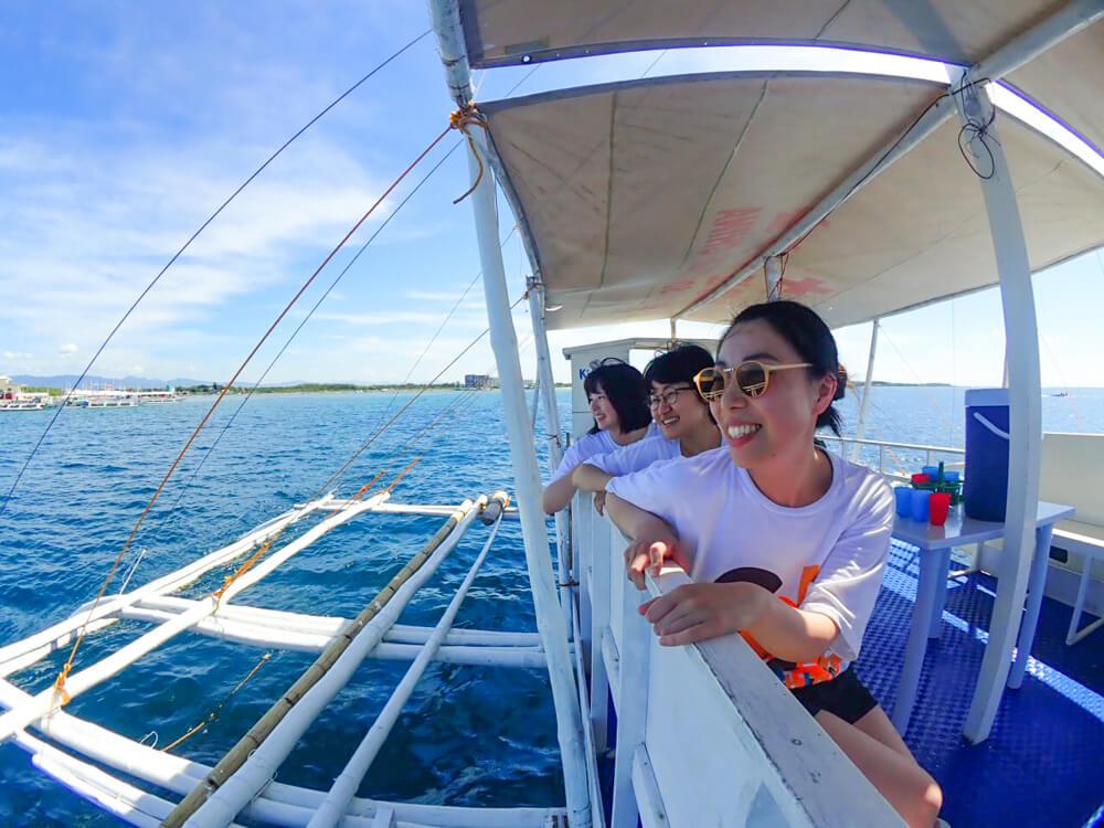 ボートに乗ってダイビングポイントへ出発(移動時間20〜30分)